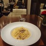 11243598 - パンテェッタとこだわり卵のカルボナーラ(少量サイズ)、赤ワイン(グラス)
