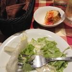イタリア食堂TOKABO - 取り分け後のパクチーサラダ580円 アミューズはスパニッシュオムレツ310円