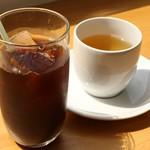 オーガニックカフェ・ラムノ - +300円のランチドリンク。オーガニックコーヒーのアイスとくわの葉茶。