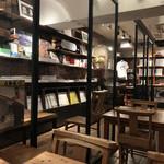 Rainy Day Bookstore & Cafe - 店内