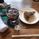 喫茶中村屋 - 料理写真:アイスコーヒー・お菓子(ナッツの焼きケーキ)