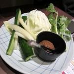 11246038 - 付け出しは肉味噌野菜、私は生のキュウリは苦手なんでパスさせていただきました。