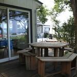 レックス カフェ - 木陰に六角形のテーブル