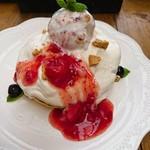 レックス カフェ - いちごのレアチーズソースパンケーキ