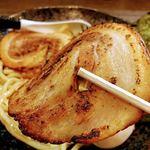 麺家 あべの - ここの炙りチャーシューはンマい! つけ汁中に入ってるやつより 私はこちらがおすすめ これをつけ汁に漬けて食べる ンマい!