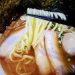 かしわ屋 - 硬めだがもっちりしてるストレート麺。結構好き。