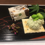 112466724 - 穴子の真薯と枝豆のカナッペ、手前の小さな花はツルムラサキ。とても酒に合う料理たちでした。素材の香りが立ってますよ