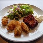 11247181 - 「カキフライと鶏南蛮のミックスフライ 自家製タルタルソース」です。