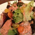 ビストロ カメレオン - トリモモ肉のスモークサラダ(接写)