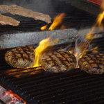 ビッグジョー - ビッグジョーならではの人気の炭火焼ハンバーグです。肉汁たっぷりの国産牛肉100%の粗めのミンチだからステーキ感覚でご堪能できます。