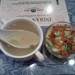 シブ マハール - ランチを注文するとすぐに運ばれてくるスープとサラダ。