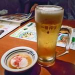 素材屋 - 生ビール & お通し(温泉卵 桜エビトッピング)