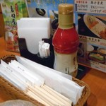 素材屋 - 卓上に常備された調味料類