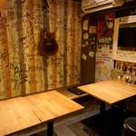 焼鳥スミス - 奥のテーブル席