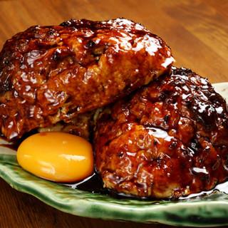 当店自慢の看板メニュー「つくね」「朝引鶏の盛合せ」は必食!