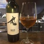 112508277 - オレンジワイン  見た目はブランデーの色                       皮や種のゴツゴツした渋み