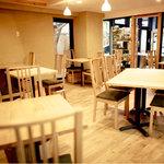 たまな食堂 - 木にかこまれた落ち着く店内。日中は吹き抜けから自然光が差し込みます。