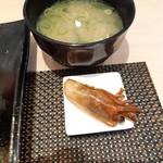 江戸前 びっくり寿司 - 贅沢8貫盛りのセットの味噌汁と海老のお頭焼き