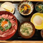 Nikusumikawachuu - なんとも豪華!メインのローストビーフ丼の他に、小鉢2種や豚汁、出汁巻きや温泉卵、漬物付き