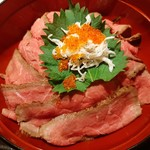 Nikusumikawachuu - しっとり柔らかなローストビーフがたっぷり!別添えのごま入りタレや温泉玉子はもちろん、しらすやとびこも合う!