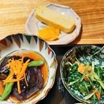 Nikusumikawachuu - 左はお出汁の効いたとろとろの餡がからむ茄子のオランダ煮、右はシャキシャキ水菜のかつお節和えお浸し、ほんのり甘くなめらかな出汁巻き
