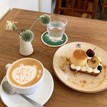 MOVE CAFE - 季節のフルーツとプリンのタルト(880円 +税) カフェラテ(600円 +税)
