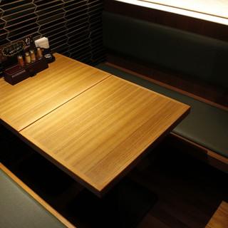 和テイストでシックな半個室。隠れ家的なテーブル席少人数でも!