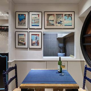フランスの椅子や食器に、壁には日本の浮世絵。日・仏融合の空間