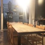 apero. wine bar aoyama - 奥のテーブル席