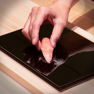 素材と真摯に向き合い、個性を引き出した食材のみがネタとなる。