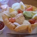 ココス - ボリュームたっぷりのタコスサラダ。