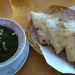 11258945 - 「ほうれん草とトマトとチキンのバタークリームカレー」と「チーズナン」