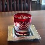 癒し占いカフェ 千代 - 切子のグラスに入ったお冷