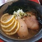 Ippinkou - 妻のレモン塩ラーメン。レモンが良い風味。