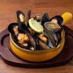 ムール貝とあさりのビール蒸し Beer-Steamed Mussels &clams