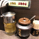 麺屋武蔵 - 卓上のお酢と唐辛子油