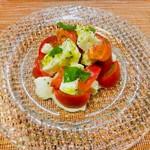 112589851 - フルーツトマトとモッツアレラチーズ