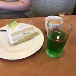 112592673 - ショーウインドウのケーキとドリンクバー
