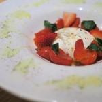 """ESOLA  - """"トマトとブラータチーズのカプレーゼ"""""""