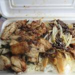 肉番星 - 焼き上げた鶏モモ肉をカットしてご飯の上に並べたシンプルはお弁当ですがニンニクが効いたスパイスが癖になる一品に仕上がってました。