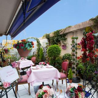 南フランスの一軒家を思わせる花に溢れたガーデンテラス