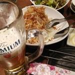 112617143 - まずはサラダとビールで!