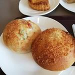 パトンキ - もち大麦のそら豆ベーコン(税込180円)と焼きカレーパン(税込220円)。