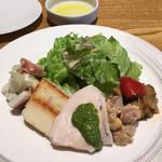 112624505 - 時計回りに、カポナータ、豆とツナ、鶏ムネ肉バジルソース、マッシュポテトとトマトソース、タコのマリネ