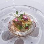 ジョンティ アッシュ - ジュンサイとトマトのジュレに忍ばせたくぬぎ鱒のミキュイ、茄子のムースリーヌ