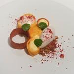 ジョンティ アッシュ - マンゴーとパッションフルーツのムース、ココナッツグラス