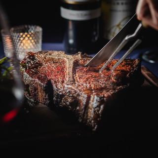 塊肉を味わう爽快感!看板メニュー「Tボーンステーキ」