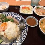チャオタイ - カオマンガイ+目玉焼き、トムヤムクン。 デザートは何でしょう?見た目は高野豆w。ほんのり甘い。