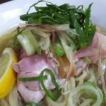 と多゛食堂 - 麺と薬味(冷やしあっさりうるめ煮干そば)
