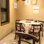 楽衆軒 - 2F 目黒通り側のテーブル
